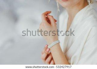 3. Gelang Cantik yang akan Mempermanis Pergelangan Tangannya
