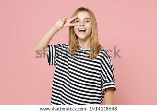 9. Kaos Bermotif Garis yang Simpel
