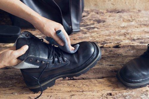 Hal ini bertujuan untuk menjaga warna sepatu tersebut. Tapi ada satu hal  yang harus diingat sebelum menyemir sepatu a068297e9d