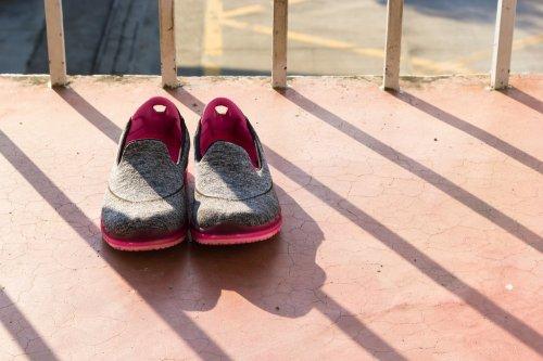 Anda harus menyimpan sepatu anak Anda di tempat yang kering dan aman.  Menggunakan rak sepatu sangat dianjurkan untuk menyimpan sepatu secara  baik 9fefd53094
