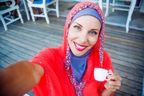 Tampil Cantik Nan Meriah Dengan 10 Jilbab Merah