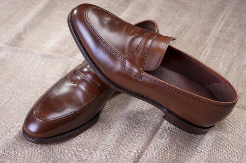 Sepatu ini cocok dipakai untuk menampilkan kesan eksklusif dengan busana  santai. Sepatu loafer biasanya berbahan dasar suede atau kulit. 3f1ffa87b4