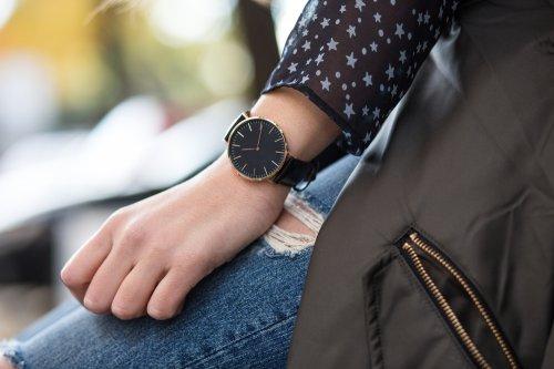 Cantik, Elegan, dan Karismatik dengan 10+ Pilihan Jam Tangan Wanita  Berwarna Hitam yang Anggun
