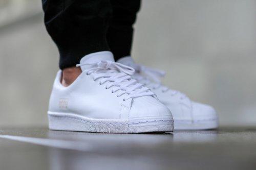 60b43971df66 Adidas merupakan brand sepatu yang sudah populer sejak lama. Adidas  menciptakan inovasi baru untuk melengkapi koleksinya. Salah satunya adalah  seri ...
