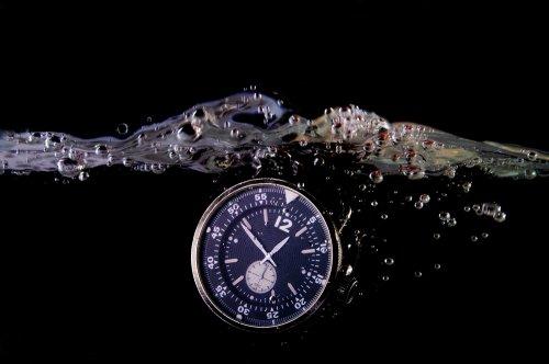 Jam Tangan Berkemampuan Water Resistant 50 M Atau  Feet Hampir Sama Dengan Jam Tangan Water Resistant 30 M Atau 3 Atm Feet