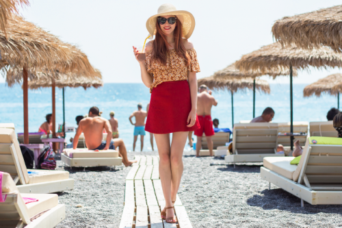 Jangan Sampai Salah Kostum! Ini 11 Item Fashion Pantai yang Wajib ... 86d62c22aa
