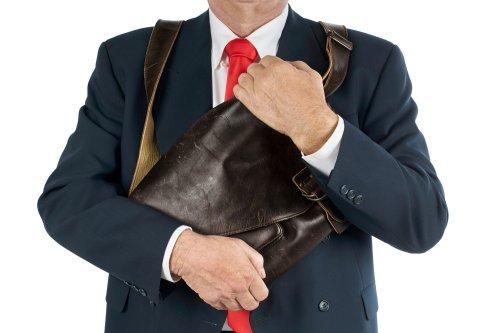 Salah satunya tas. Tujuan memakai barang branded umumnya demi menjaga  gengsi atau ingin terlihat lebih wah. 9919e3d310