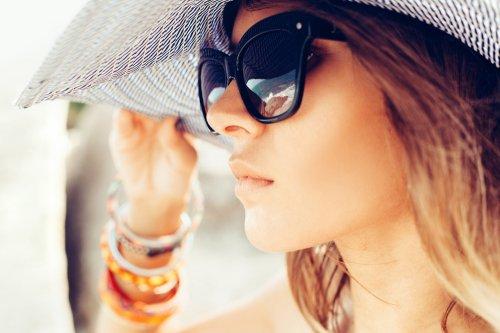 Maksimalkan gaya dan penampilan dengan kacamata sunglasses yang oke.