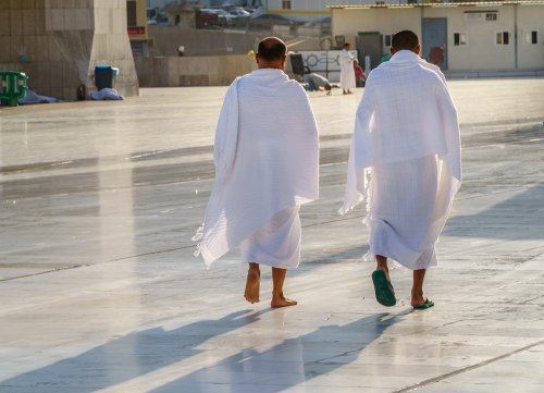 9 Rekomendasi Sandal Umrah yang Nyaman untuk Beribadah di Tanah Suci