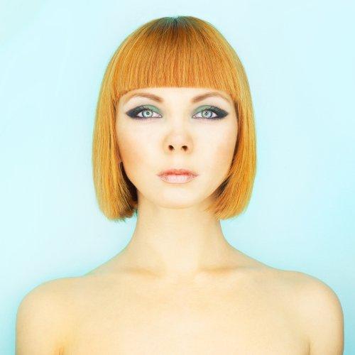 Rambut berwarna atau rambut hitam bisa tampil manis dengan potongan rambut  ini. Model rambut dengan poni tumpul ini sangat digemari gadis-gadis di  Jepang 6577a7f002