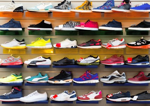Nama Diadora tidak asing lagi bagi para penyuka sepatu olahraga. Brand  sepatu dan pakaian olahraga asal Italia ini telah hadir sejak 1948. 9f0c014bb7