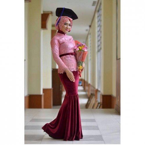 10 Paduan Baju Wisuda Hijab Cantik Yang Bikin Momen Wisudamu Tak