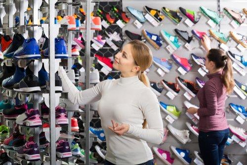 Memilih sepatu futsal perlu disesuaikan dengan budget yang Anda miliki.  Walau ingin cari yang harganya murah 1f0ec5182a