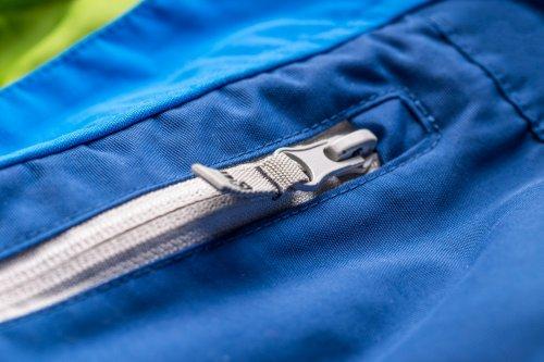 Hindari memilih jaket gunung dengan banyak saku karena ini bisa membuat  angin dan air masuk dengan ... fd59fe2acb