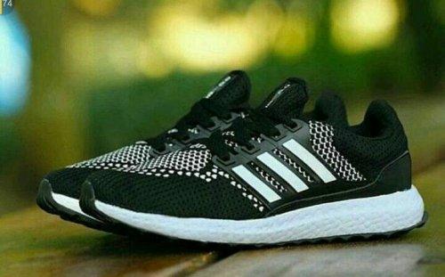Berlari Secepat Angin dengan 11 Model Sepatu Running Adidas yang Keren b1ec9506c7