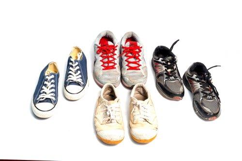 Pertama-tama kamu bisa tentukan model sepatu apa yang cocok untuk si anak.  Untuk anak perempuan memang keaktifannya berbeda dengan anak laki-laki f8ae4a581c