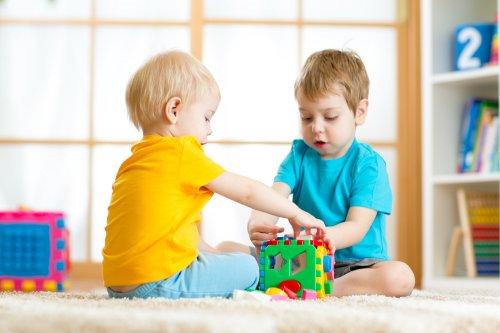 Anda bisa memberikan mainan yang merangsang daya analisis pada anak.  Seperti permainan puzzle untuk mengenalkan bentuk dan ... e62ed304d9