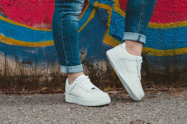 Tampil Santai dan Keren dengan 8 Rekomendasi Sneakers Putih Kekinian