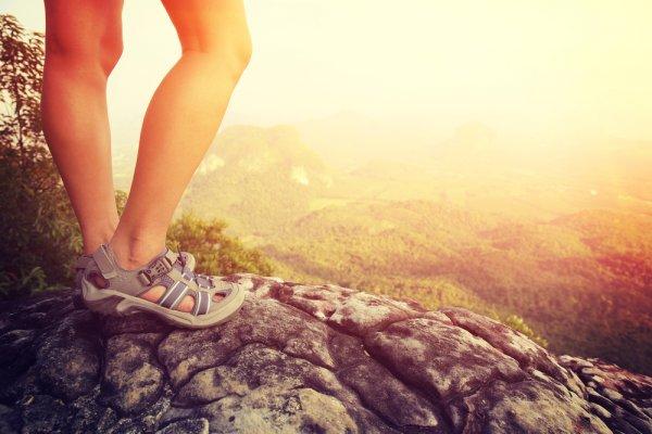 Melangkah Lebih Percaya Diri dengan 10 Rekomendasi Sepatu Sandal Keren Ini (2020)