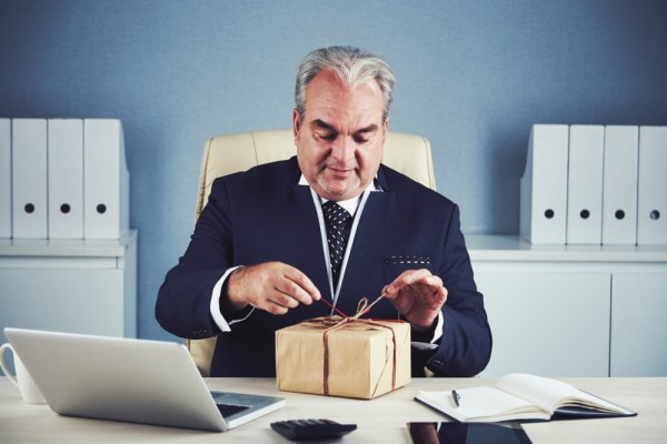 क्या आप अपने बॉस के लिये उपहार तलाश रहे हैं? बॉस का मामला है, आप कुछ ऐसा-वैसा न दे बैठें, इसलिए हम प्रस्तुत करते हैं बॉस के लिये 10 आधिकारिक उपहार (2019)
