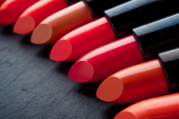 Pancarkan Keindahan Bibirmu dengan Pilihan 10 Warna Lipstik Inez yang Terbaik dan Terpopuler