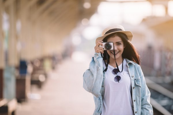 Ini Lho 9 Aksesori yang Bikin Penampilan Traveler Lebih Keren saat Difoto!