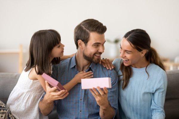 पति के जन्मदिन पर उन्हें चौका देने वाले 10 उपहार। साथ ही जन्मदिन मानाने के अनोखे विचार (2019)