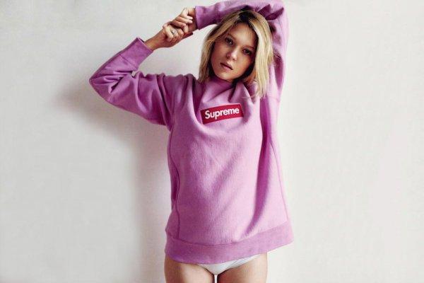Mau Gaya Streetwear yang Kekinian? Pilihlah 10 Rekomendasi Sweater Supreme yang Populer untuk Kaum Milennial