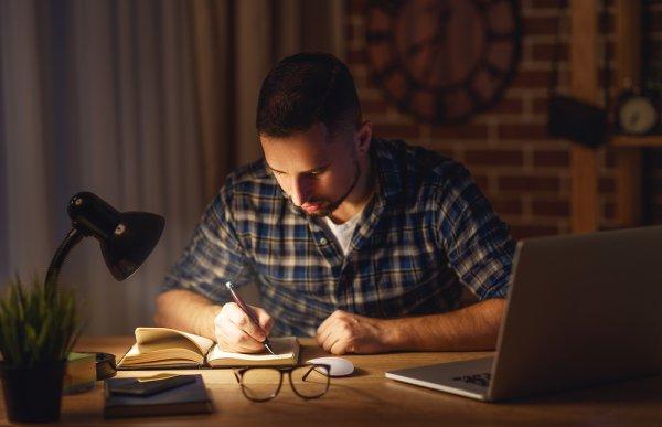 Lengkapi Meja Belajar dengan 10 Rekomendasi Lampu Belajar Berikut (2020)