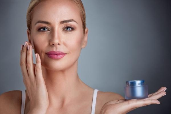 10 सबसे अच्छी एंटी-एजिंग क्रीम: त्वचा की झुर्रियों को दूर करने एवं ताजगी और युवापन को बनाये रखने के लिए ।(2021)
