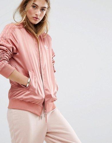 Sporty Look Kurang Oke Tanpa 10 Jaket Adidas yang Keren Ini