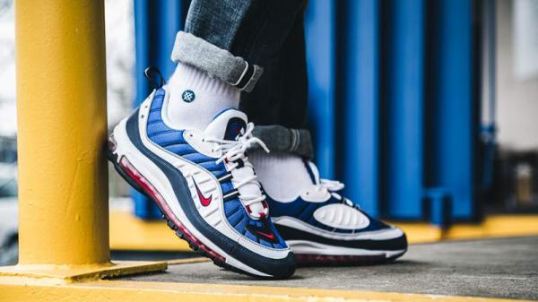 11+ Rekomendasi Sneakers Branded Keren Ini Siap Memaksimalkan Gaya Kasualmu Sehari-hari