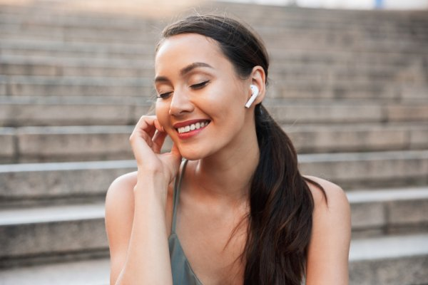 Listen to Great Quality Music Wire Free and without Paying for Expensive Headsets! 10 Best Bluetooth Earphones Under 1000 Rupees in 2020