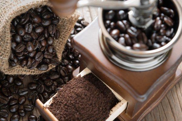 Hai, Coffee Lovers! Perhatikan 4 Tips Memilih Grinder Kopi Manual dan Inilah 10 Rekomendasi Grinder Kopi Manual Terbaik Hanya Untukmu