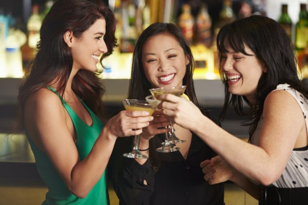 The Pubs and Bars are Finally Open. Time to Chill Out with Your Friends with these 8 Must-Have Cocktails in a Bar (2020)