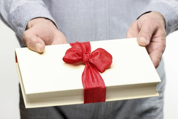 Buku Sebagai Hadiah Pernikahan? Berikut 10 Rekomendasi Buku Terbaik Sebagai Kado Pernikahan Yang Berkesan