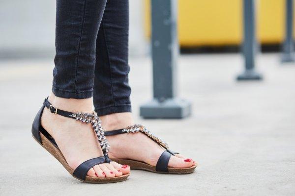 9 Sandal Tali Pilihan yang Stylish dan Cantik di Kaki (2018)