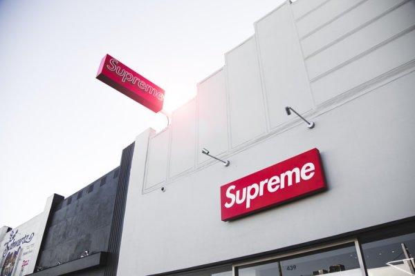 10 Rekomendasi Sweater Supreme 2019 yang Bikin Banyak Orang Rela Menghabiskan Uang Hingga Jutaan Rupiah!