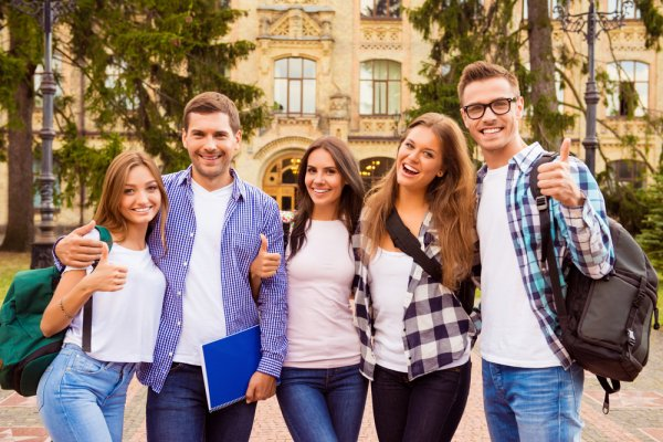 10 Rekomendasi Pakaian dan Aksesori Ini Bisa Jadi Inspirasi Gaya Anak Kuliahan Zaman Sekarang yang Bisa Kamu Contoh!