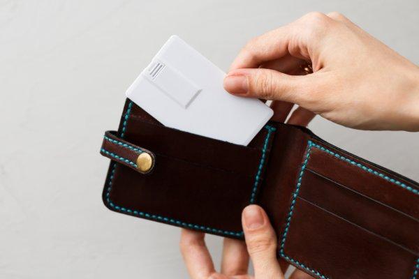 Suka Berpenampilan Minimalis? 10 Rekomendasi Dompet Kartu Stylish Ini Cocok untuk Kamu Pakai di Era Cashless (2020)