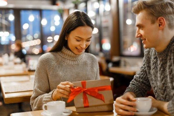 Berikan 11 Rekomendasi Hadiah Romantis Untuk Pacar