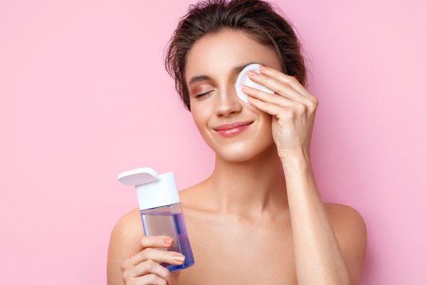 Bersihkan Makeup Mata dengan 10 Rekomendasi Eye Makeup Remover Terbaik Berikut (2021)