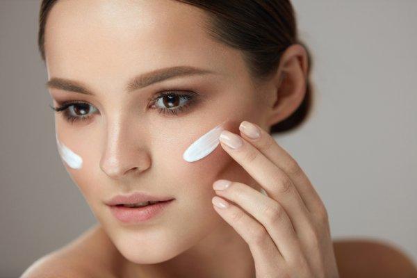 8 Rekomendasi Merek Kosmetik Penghilang Jerawat Terbaik dan Aman untuk Kulit