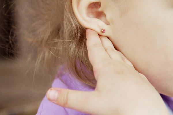 10 Rekomendasi Anting Anak dan Tips Memilihnya Agar Aman Digunakan (2021)