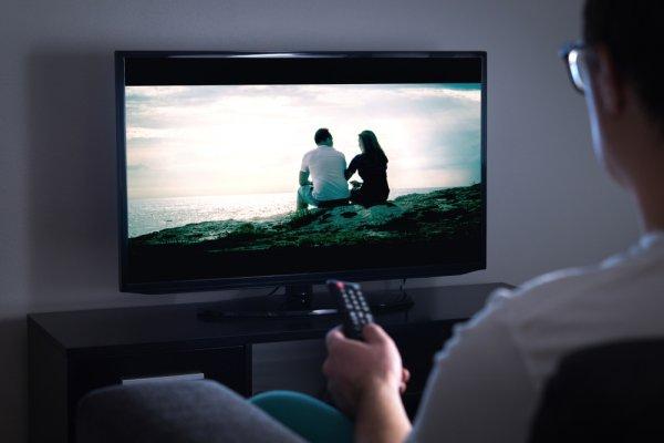 10 Rekomendasi TV LED Kualitas Gahar yang Siap Memanjakan Mata dan Nggak Kalah Asyik dengan Nonton di Bioskop
