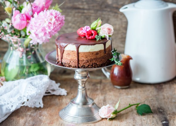 Why Buy When You Can Make a Delicious and Gorgeous Cake at Home? Learn How to Make and Decorate Cakes for Birthday at Home with Easy to Follow Recipes (2019)