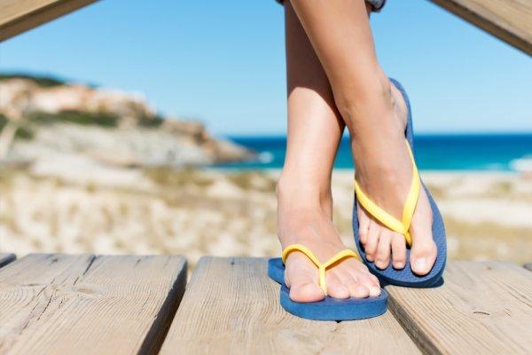 10 Sandal Bertema Converse yang Enak dan Keren Dipakai saat Suasana Santai (2107)