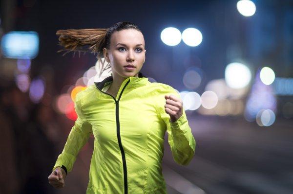 Baju Olahraga Wanita Lengan Panjang yang Harus Anda Miliki di 2018