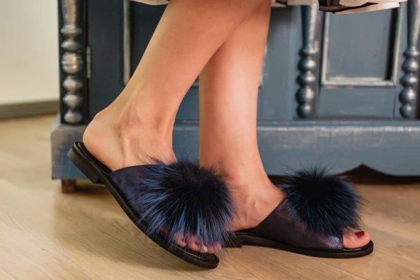 Nyaman dan Ringan Melangkah dengan 10 Pilihan Sandal Bulu Lucu Nan Trendi