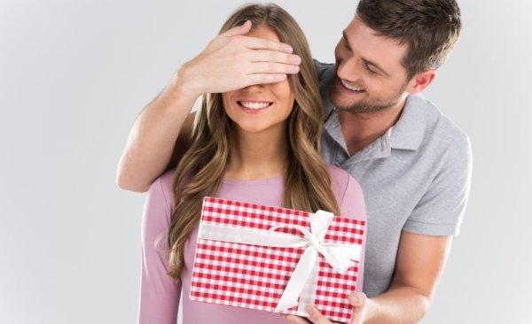 अपनी पत्नी के जन्मदिन को भव्य दिन बनाएं इन 10 सुंदर और अद्भुत उपहारों को देकर। यहाँ उसका दिल जीतने का तरीका है, कुछ जानकारी और सुझावों के साथ ।(2020)